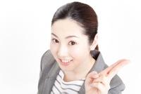 指を指す女性の写真