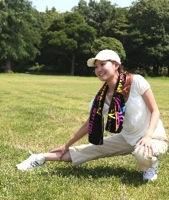 準備運動をする女性のイメージ写真